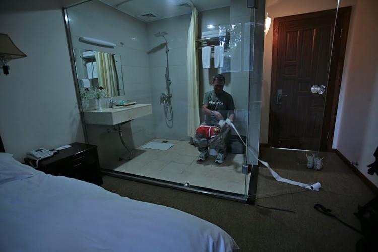 Дешевое жилье в Китае: номера без окон и туалет аквариум